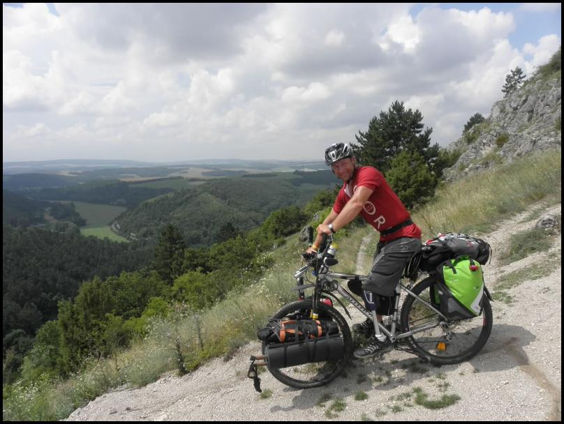 Pokonał samotnie ponad 900 km na rowerze