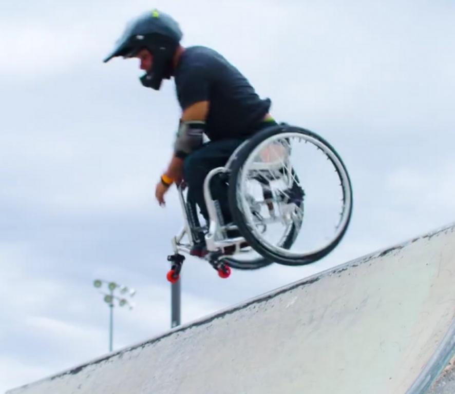 """PasjONaci: Wózkiem """"skacze"""" w skate parku"""