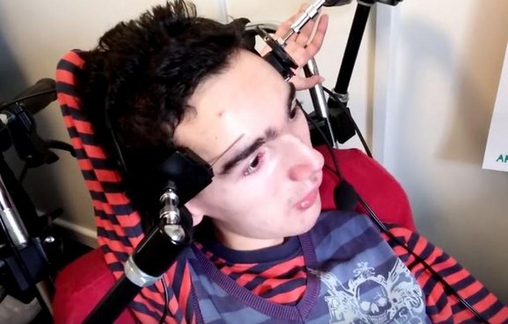 PasjONaci: Niepełnosprawny gra brwiami w Minecrafta