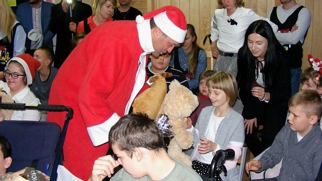 Społeczeństwo: Święty Mikołaj odwiedził niepełnosprawne dzieci z Pomorza