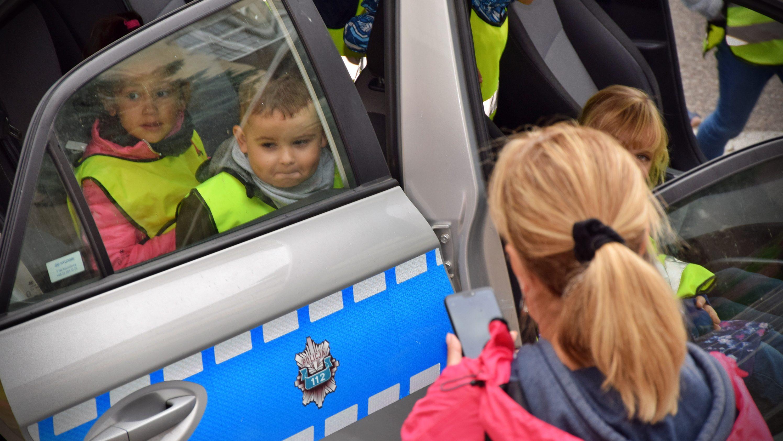"""Policjanci podsumowali """"niebieski tydzień"""" z przedszkolakami"""