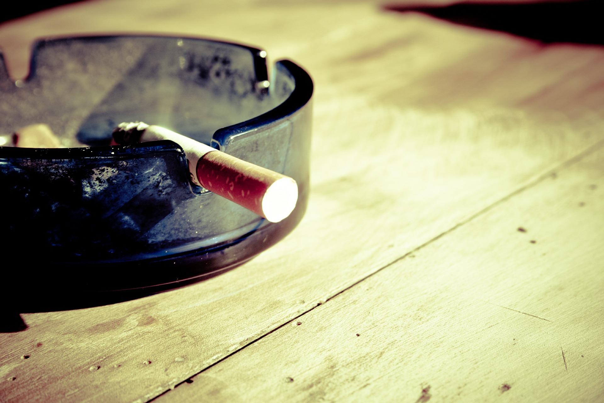Palenie zwiększa ryzyko poważnych objawów COVID-19 i hospitalizacji