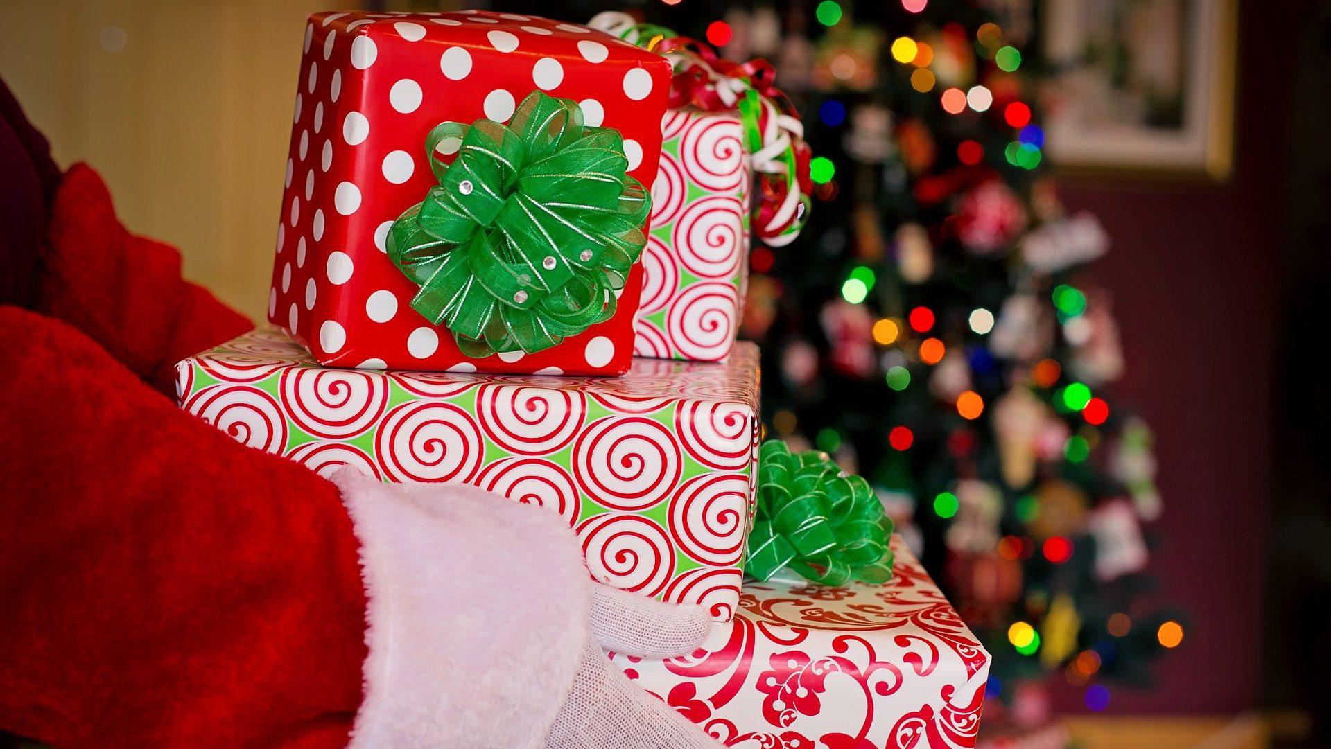 Mikołaj przynosi prezenty dzieciom czy dla dzieci?