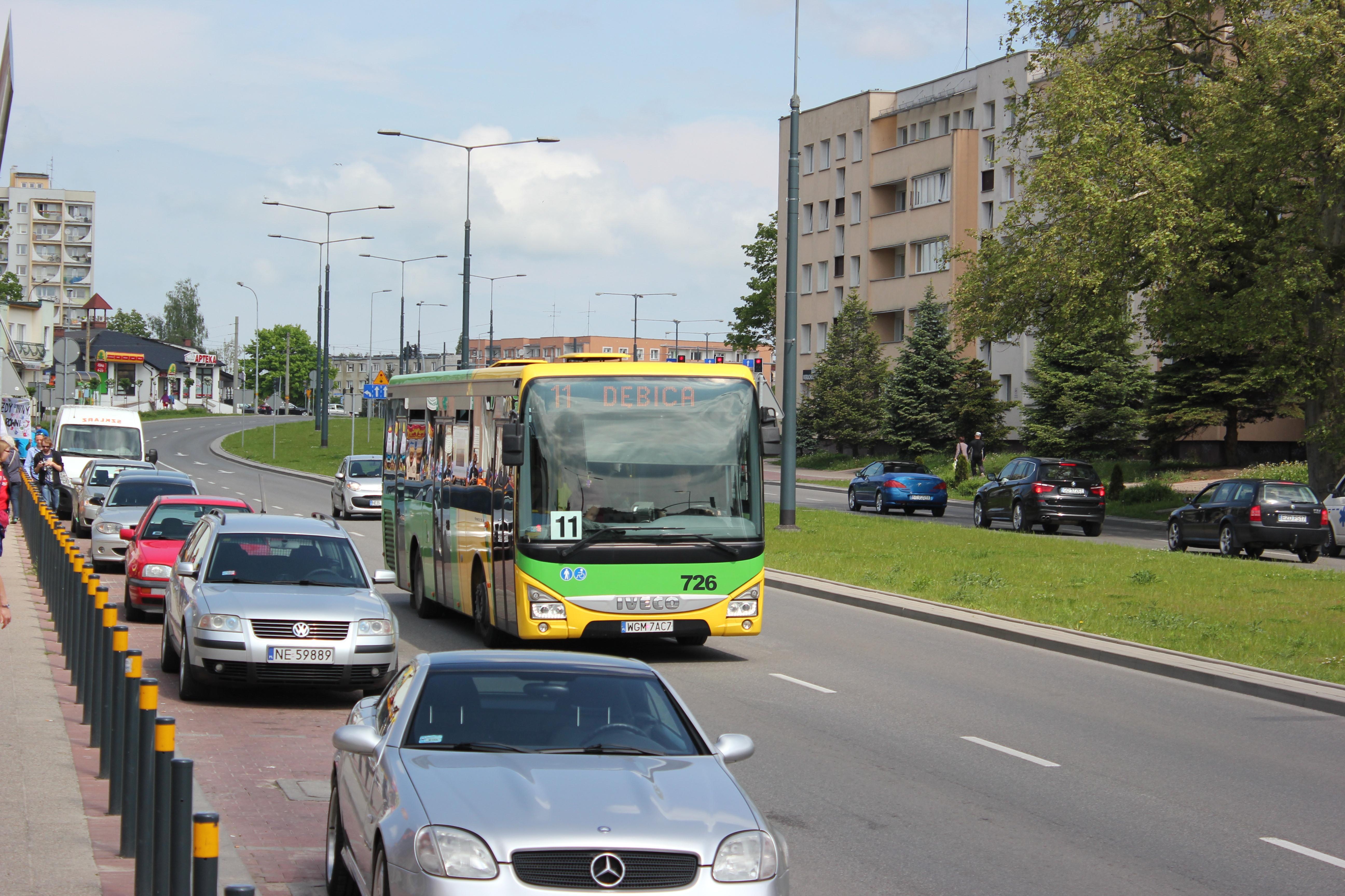 Bisowe autobusy w drodze na cmentarze