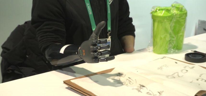 """Kontrolowana myślami proteza ręki, która się """"uczy"""". Trwają prace nad protezą nogi przewidującą ruchy"""