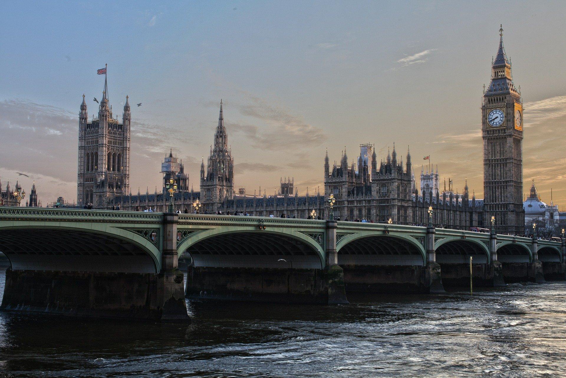 W. Brytania: Poziom zagrożenia koronawirusem obniżono z 4 na 3