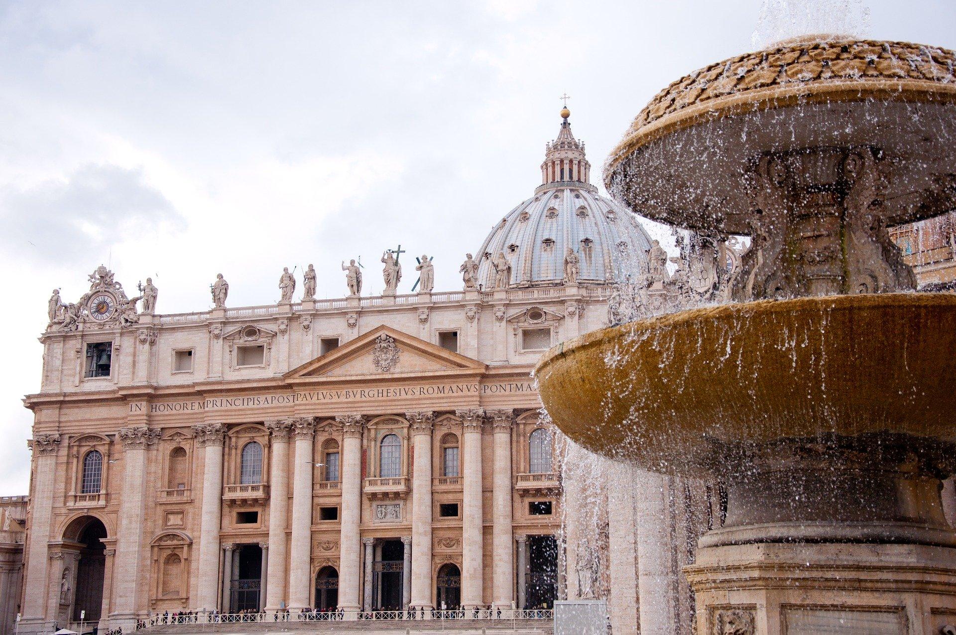Watykan: Papież po raz pierwszy widziany publicznie w maseczce ochronnej