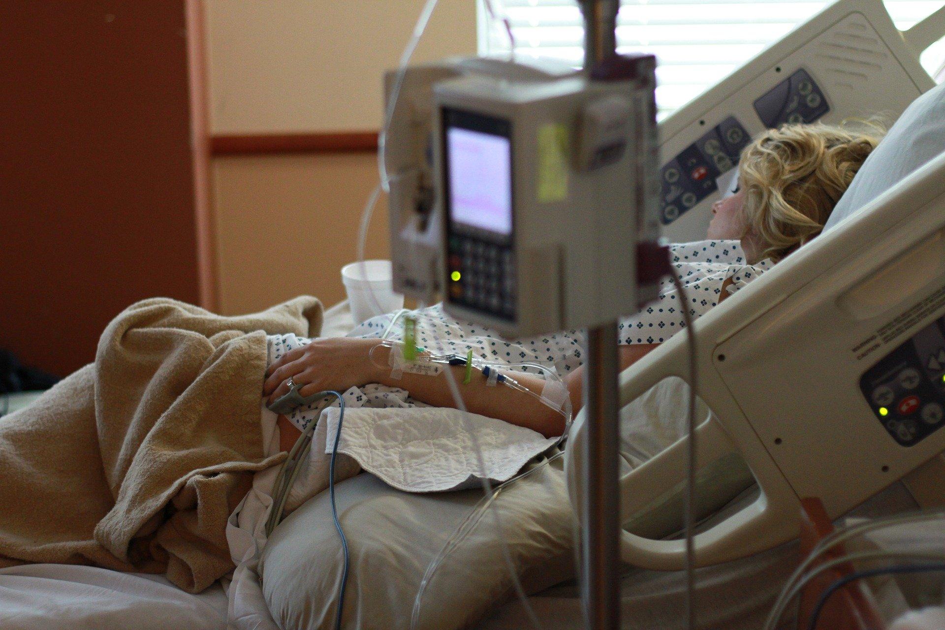 W. Brytania: W szpitalach mniej niż tysiąc pacjentów z COVID-19