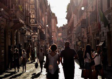 Włochy: Bez maseczek na zewnątrz, gdy połowa ludności będzie zaszczepiona