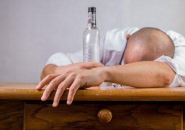 Badania: Z każdym tygodniem lockdownu pije się więcej