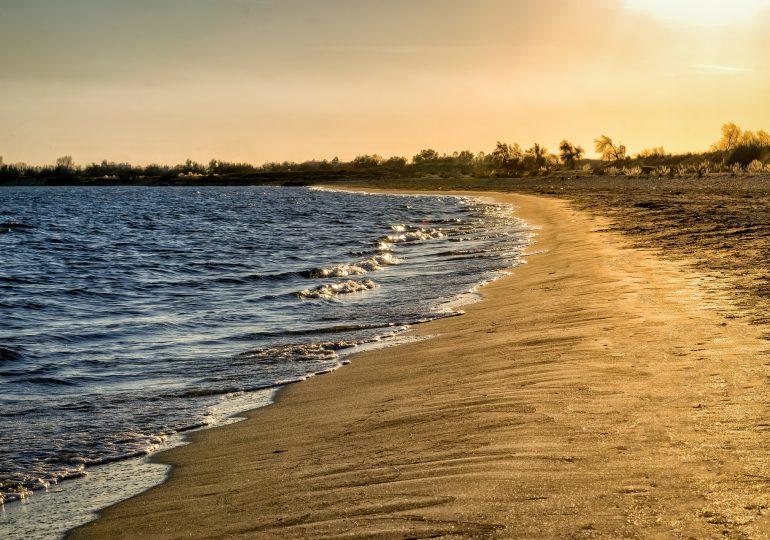 Francja: W jednej z gmin w Bretanii z powodu koronawirusa zamykane są plaże i parki