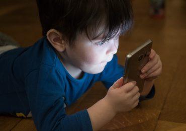 Pokolenie szklanych ekranów – netoholizm i fonoholizm u dzieci