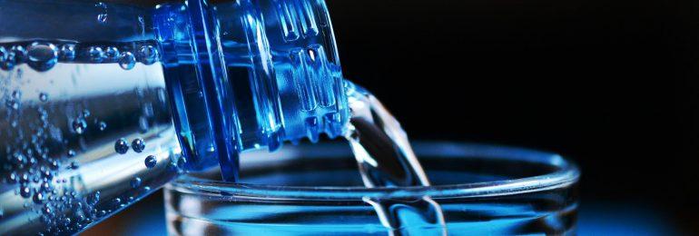 Połowa Polaków pije na co dzień wodę mineralną. Co oznacza pH wody?