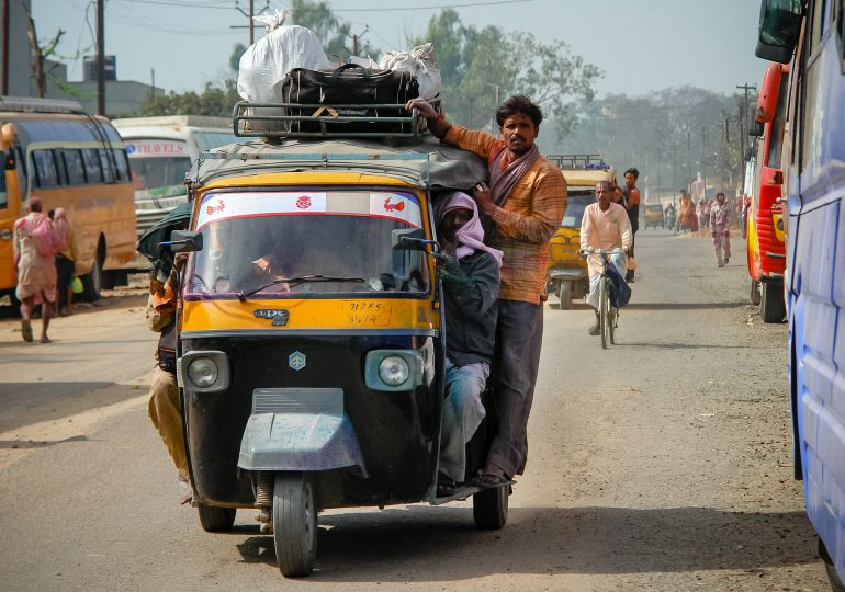 Indie: Brak miejsc w szpitalach, czarny rynek leków i tlenu. Dodatkowe stosy pogrzebowe