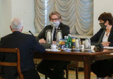 J. Pinkas o stanie epidemii: Dominują ogniska w zakładach pracy i na weselach