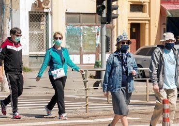 Badacze: Gdyby 60 proc. populacji nosiło maski i zachowywało dystans, moglibyśmy wygrać z pandemią