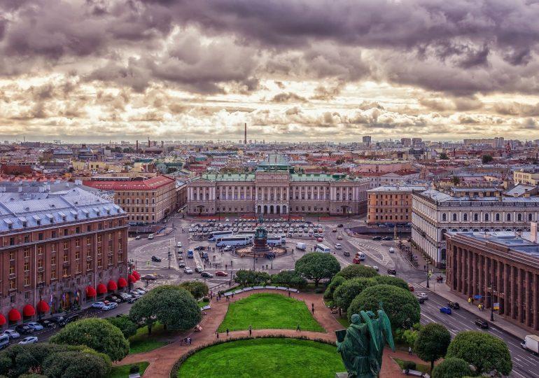 Rosja: Ograniczenia pracy teatrów, zakaz widzów na stadionach w Petersburgu