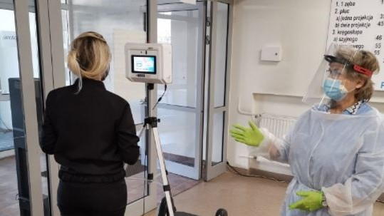 Łódź: Maszyna mierzy temperaturę pacjentów wchodzących do miejskiej przychodni