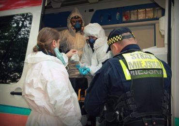 Kraków: Strażnicy i lekarze pomagają osobom bezdomnym