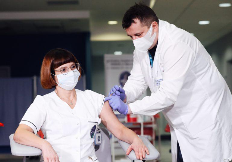 Rzecznik MZ: Liczba osób zaszczepionych przeciw COVID-19 w Polsce przekroczyła pół miliona