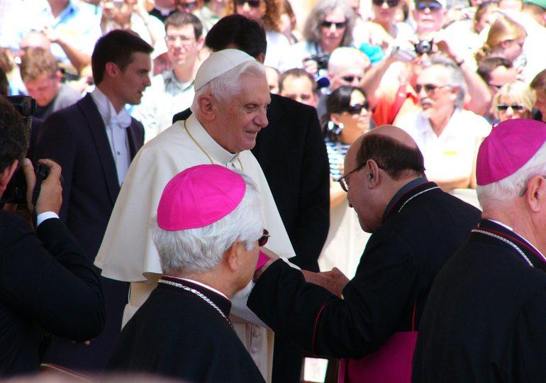 Benedykt XVI tak, jak Franciszek zaszczepi się przeciwko COVID-19