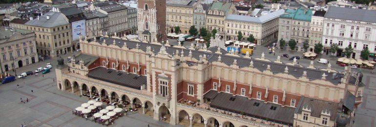 Kraków: 200 osób zaszczepionych, a ponad 1000 czeka w kolejce w mobilnym punkcie na Rynku Głównym