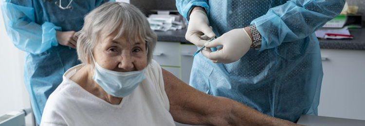 100-letnia łodzianka zaszczepiona przeciw COVID-19 w łódzkim Bionanoparku