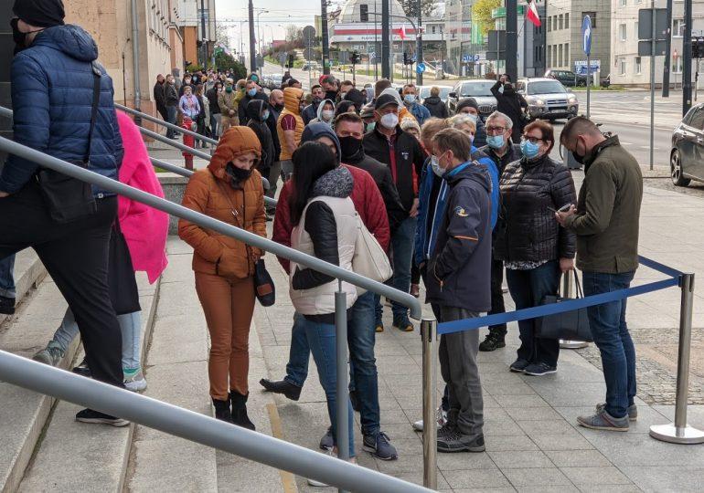 Olsztyn: Ogromna kolejka do mobilnego punktu szczepień