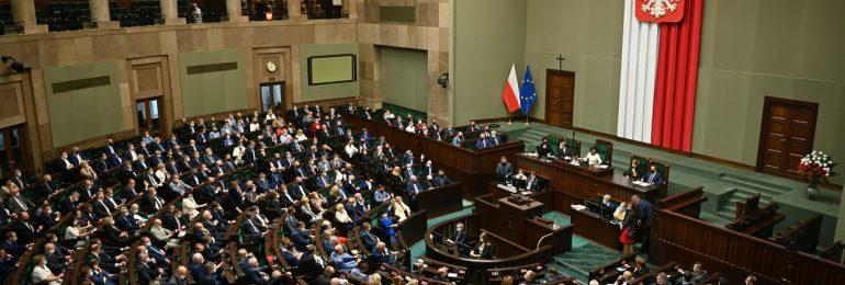 Sejm za wzrostem nakładów na zdrowie i karaniem atakujących personel punktów szczepień