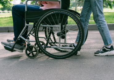 Opieka nad seniorami i osobami z niepełnosprawnościami ma być świadczona w miejscu zamieszkania
