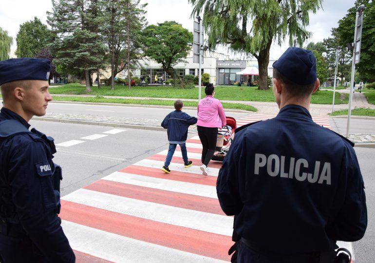 Policjanci na przejściach dla pieszych przy szkołach